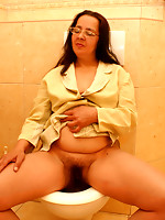 This kinky mature slut does it on the WC